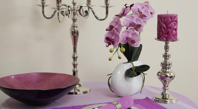 Obrusy, świeczniki, patery. Wykwintne dekoracje stołu w salonie lub jadalni