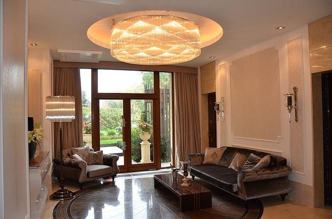 Nowoczesne lampy sufitowe w klasycznym wnętrzu. Oświetlenie salonu