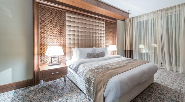 Klasyczna aranżacja sypialni w stylu glamour – pomysł na stylowe wnętrze