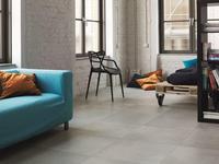 Przestrzeń postindustrialna i płytki podłogowe o fakturze betonu