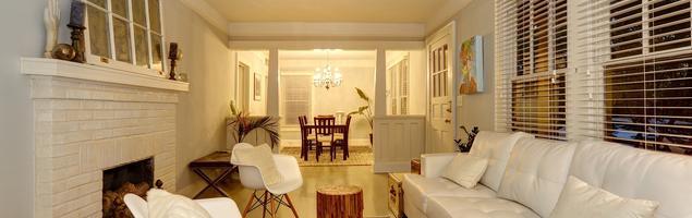 Aranżacja salonu z kominkiem. Biel i drewno w salonie