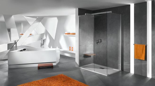 Asymetryczna wanna na tle futurystycznej aranżacji łazienki